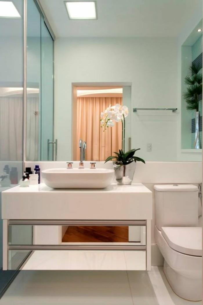 badezimmer-deko-badezimmer-gestalten-in-weis-und-hellblau-weise-blumen