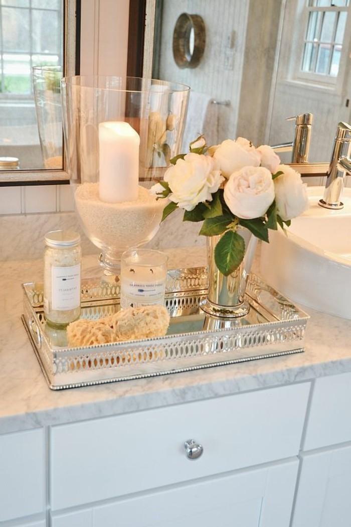 badezimmer-deko-badgestaltung-badezimmer-in-weis-accessoires-kerzen-blumen
