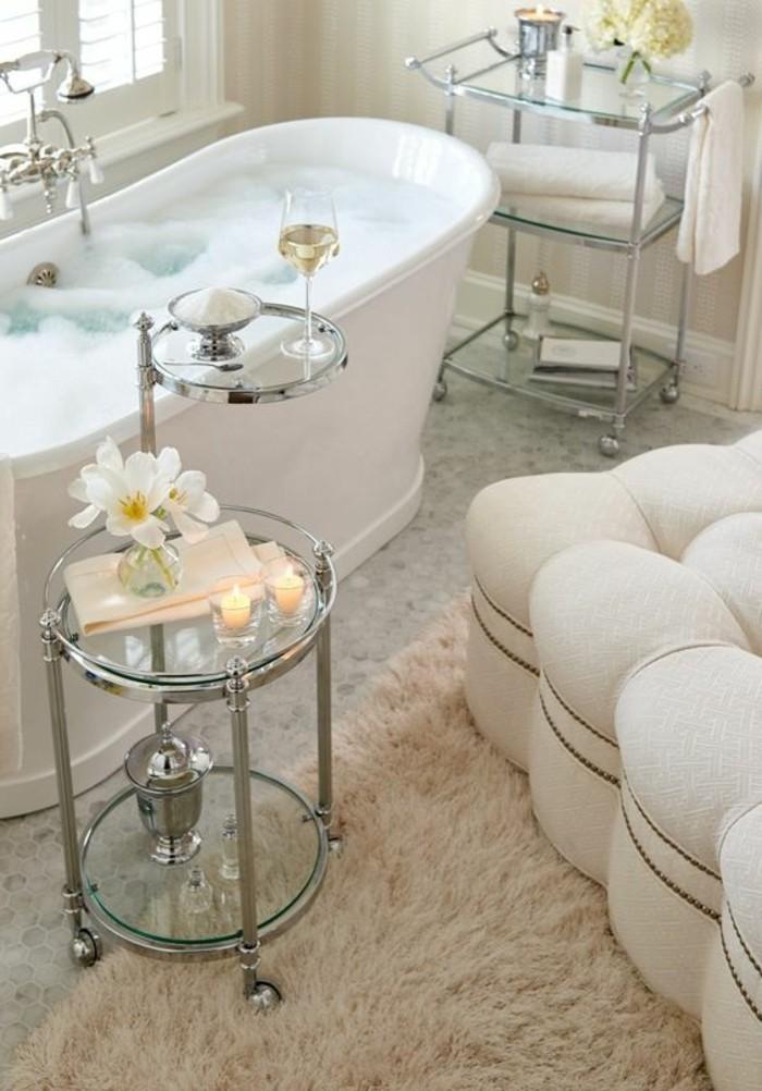 badezimmer-deko-badgestaltung-badezimmer-in-weis-mit-retro-badewanne-accessoires