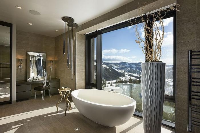 badezimmer deko in modernem stil, große graue vase mit zweigen, freistehende badewanne, pendeleuchte
