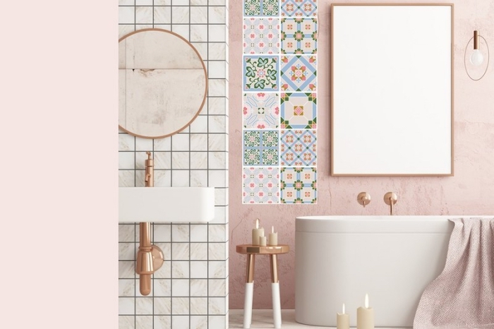 badezimemr deko in rosegold, runder spiegel, bunte fliesen mi enthnischen motiven, freistehende badewanne
