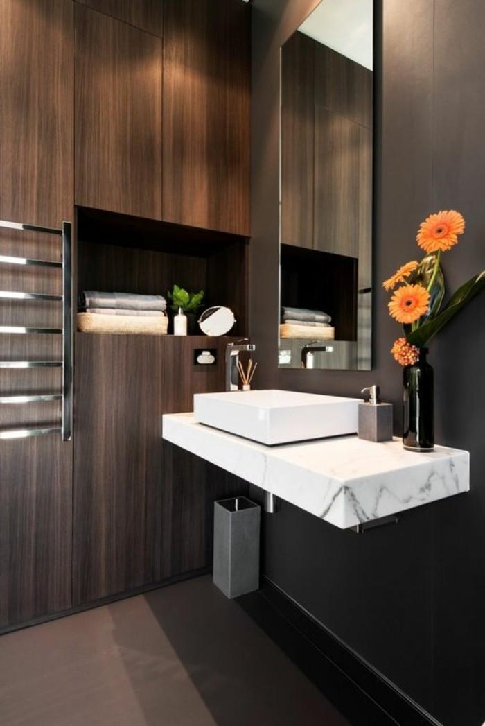 badezimmer-deko-moderne-bader-badezimmer-in-braun-mit-holz-gestalten-orangen-blumen