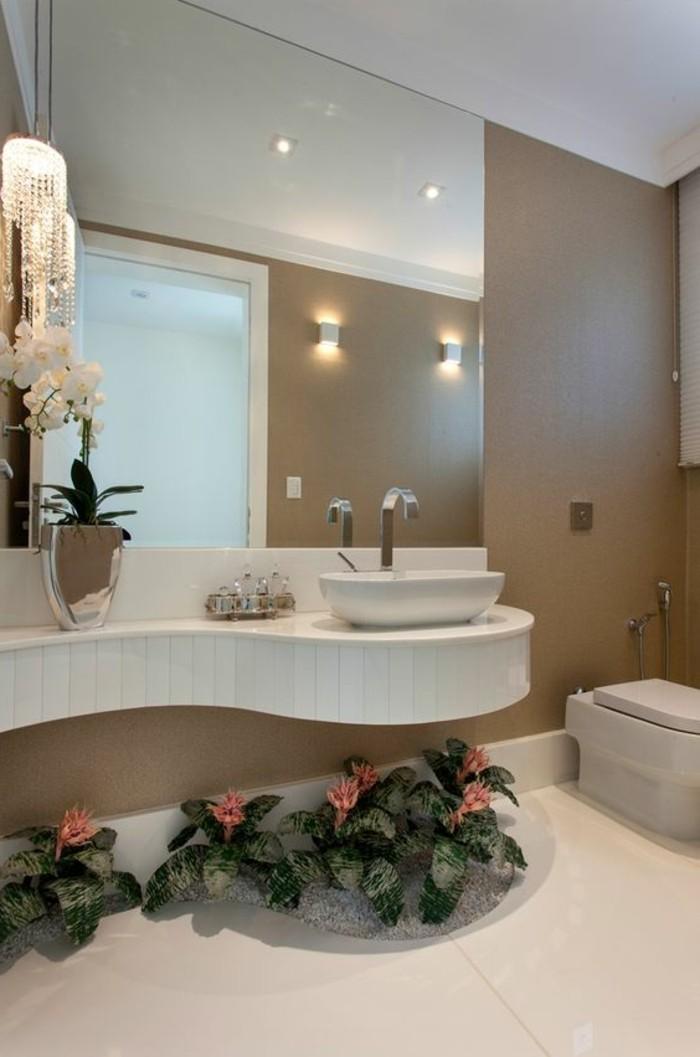 badezimmer-deko-moderne-bader-badezimmer-in-weis-und-hellbraun-blumen-eckiger-spiegel