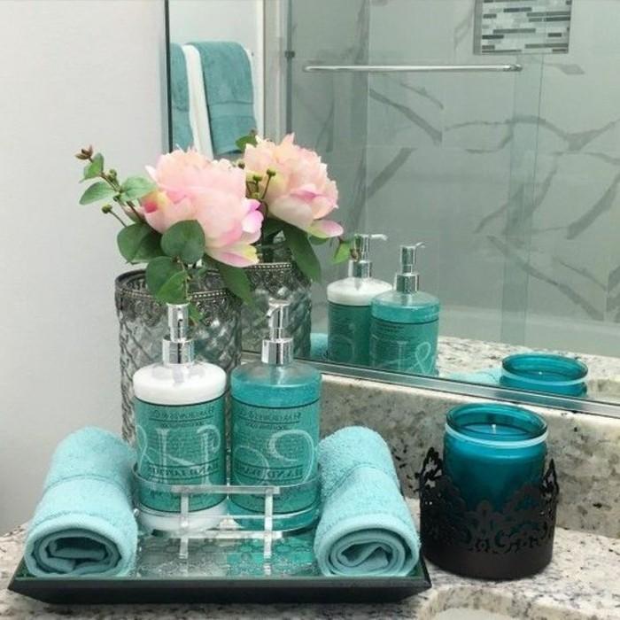 badezimmer-deko-moderne-bader-blaue-accessoires-rosen-kerzen