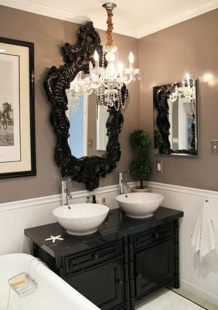 badezimmer-deko-moderne-bader-schwarzer-schrank-mit-spiegel-weise-waschbecken-kronleuchter-aus-kristall