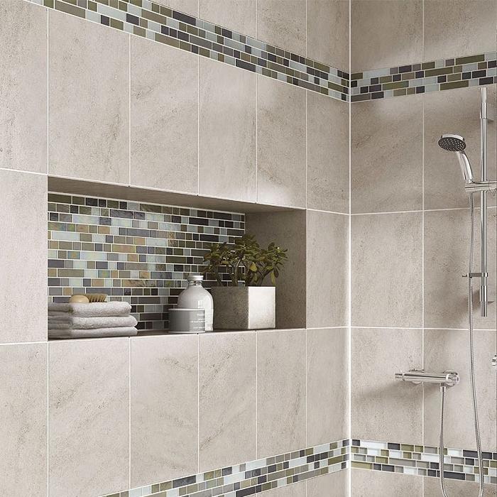badezimmer deko, mosaikfliesen in grün und hellblau, badfliesen ideen, kleine grüne pflanze, badgestaltung