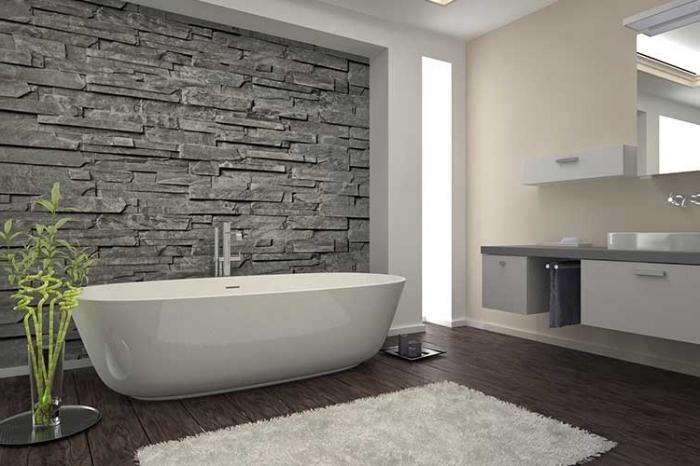 badezimmer deko, ovale freistehende badewanne, bambus in glasvase, flauschiger teppich, holzboden