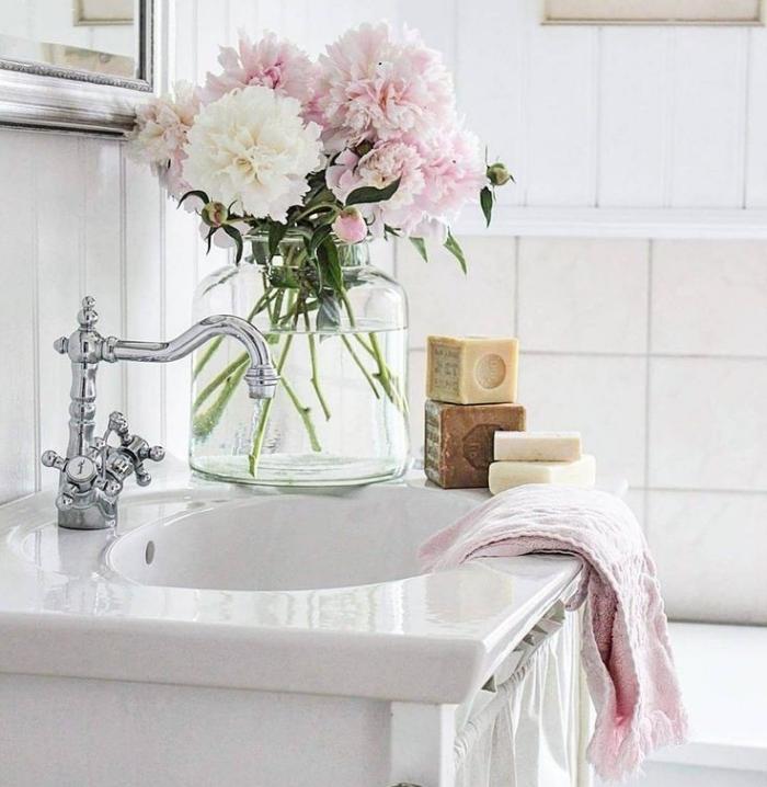 badezimmer dekorieren, große glasvase mit frischen blumen, waschbecken deko ideen, baddeko
