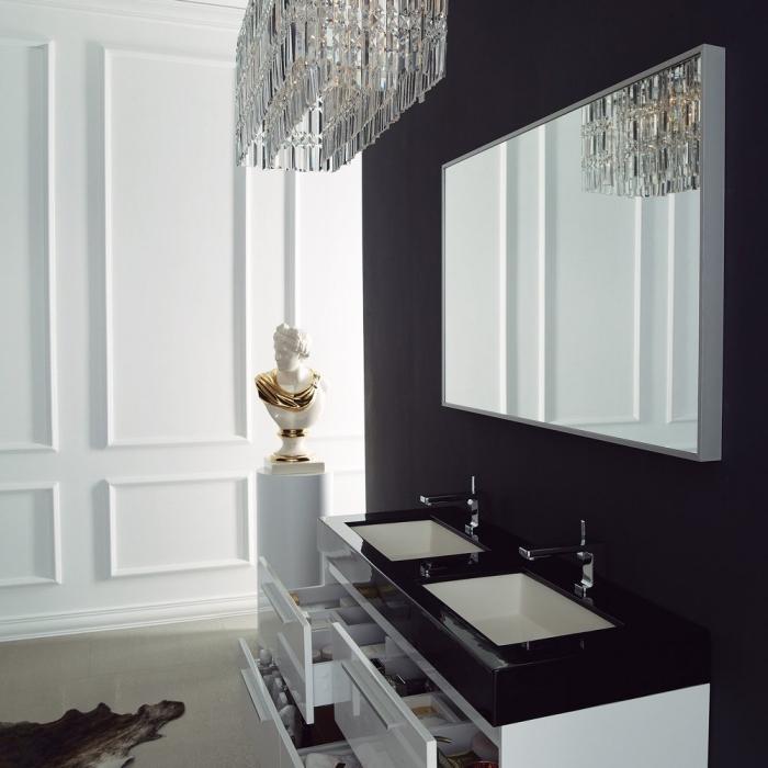 badezimmer dekorieren, luxuriose badeinrichtung in weiß und schwarz, weiße statue mit goldenen elementen