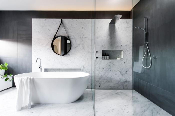 badezimmer einrichtung, badfliesen in marmor optik, duschkabinne mit glaswänden, runder spiegel, dusche