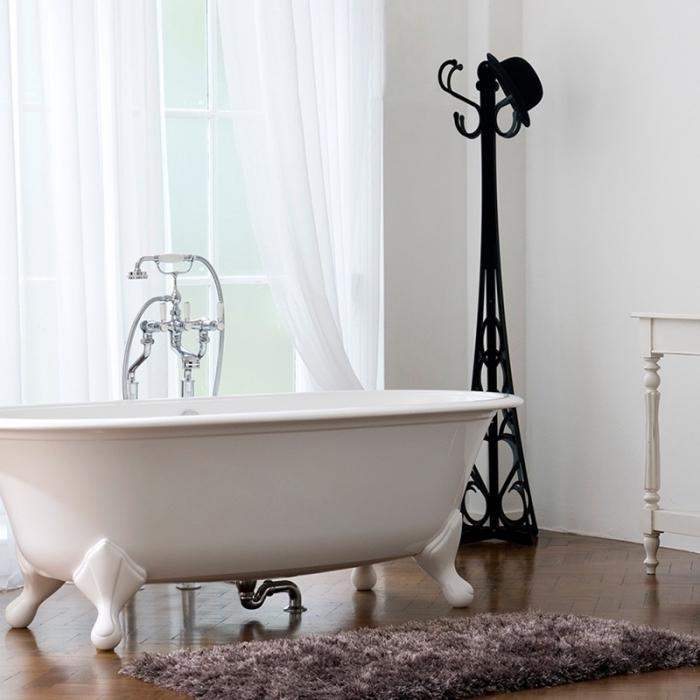 badezimmer einrichtung, freistehende bdewanne in retro stil, boden aus holz, flauschiger teppich