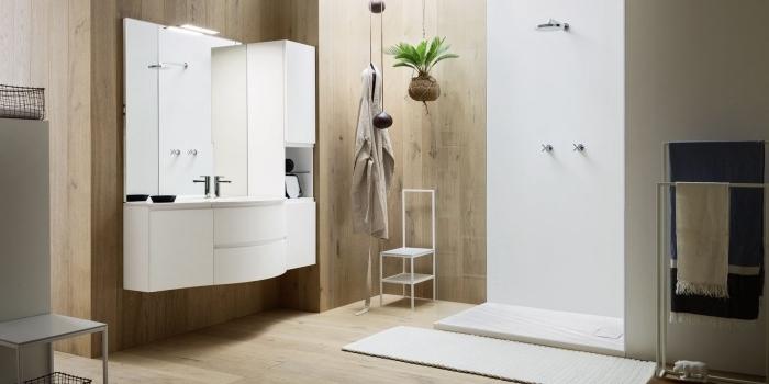 badeinrichtung in weiß und braun, hängende palme, badezimmer einrichtung, badgestaltung