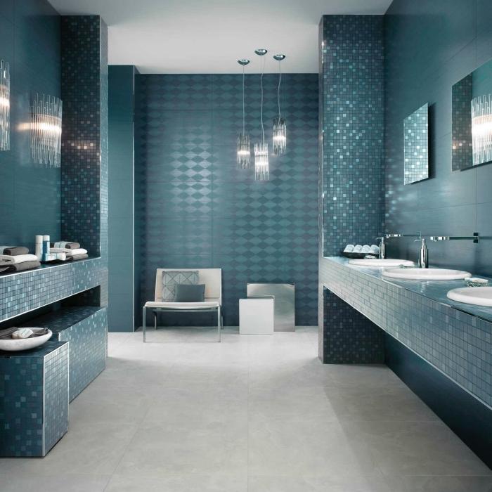 badezimmer fliesen ideen, badfliesen in türkis, bad in blau, glitzzernde mosaikfliesne, pandelleuchten