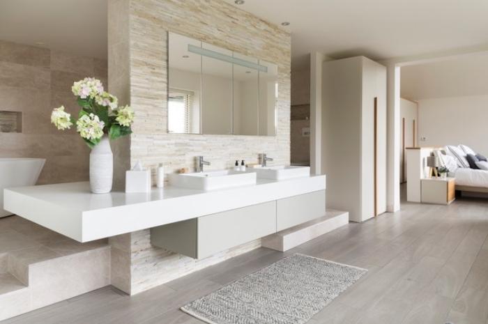 badezimmer gestaltungsideen, spiegel mit led beleuchtung, baddesign in beige und weiß, fliesen in holz optik