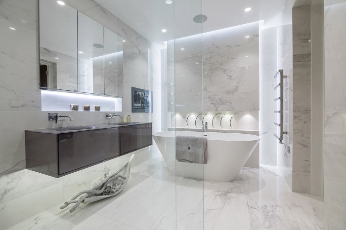 badezimmer gestaltungideen, baddesign in weiß, freistehende badewanne, fliesen in marmor optik