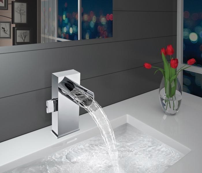 badezimmer ideen, eckiger weißer waschbecken, runde glasvase, rote tulpen, badezimmerdeko mit blumen