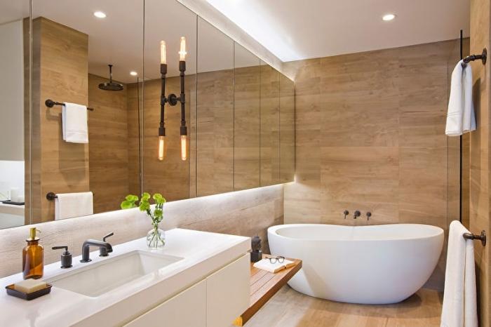 badezimmer ideen, kleines bad in weiß und beige, großer spiegel, schwarze wandlampe, waschbecken mit unterschrank