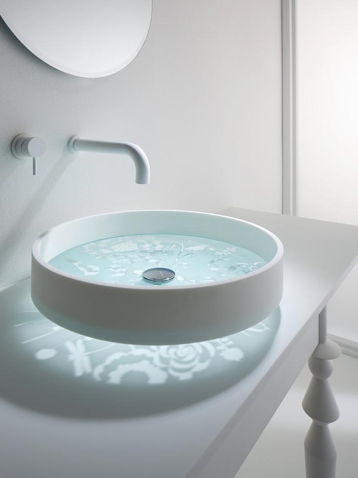 badezimmer neu gestalten, runder weißer waschbecken mit elementen aus glas, waschtisch