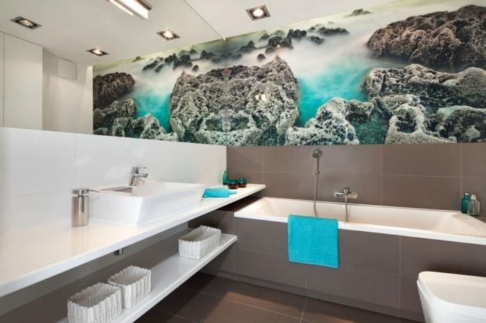 großer spiegel kleines bad ideen, badezimmer neu gestalten, große 3d tapete, eingebaute badwanne