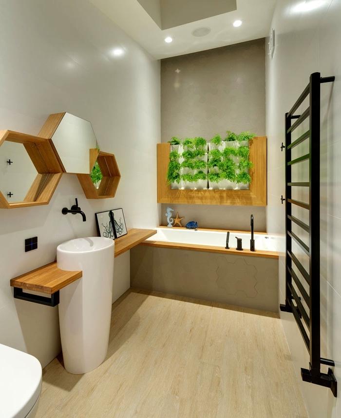 kleines bad einrichten, spiegel set, badezimmer neu gestalten, bodenfliesen in holzoptik, hoher waschbecken