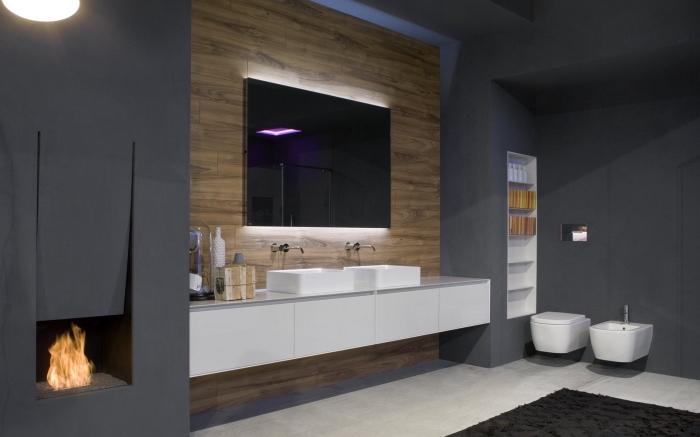 badezimmer neu gestalten, badezimmergestaltung in weiß und anthrazit, spiegel mit led beleuchtung, holzwand