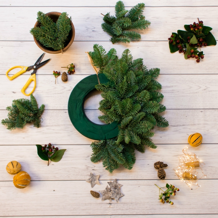 bastelideen weihnachten kreativ weihnachtskranz basteln mit tannenzweigen und tannenzapfen trockene früchte weihnachten deko