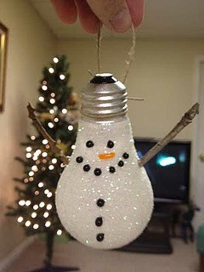 basteltipps-weihnachten-schneeman-aus-gluhbirnen