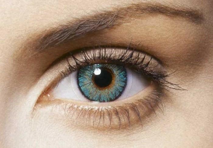 blaue-farbige-kontaktlinsen-auge
