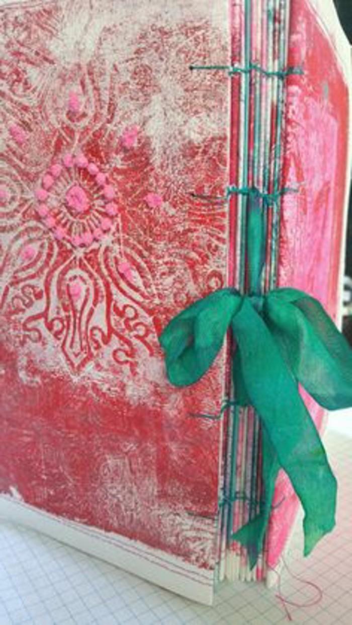 buchumschlag-selber-machen-buchhuelle-naehen-rosa-buchumschlag-mit-gruner-schleife