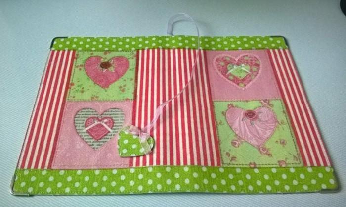 buchumschlag-selber-machen-buchhuelle-naehen-rosa-herzchen-dekorieren