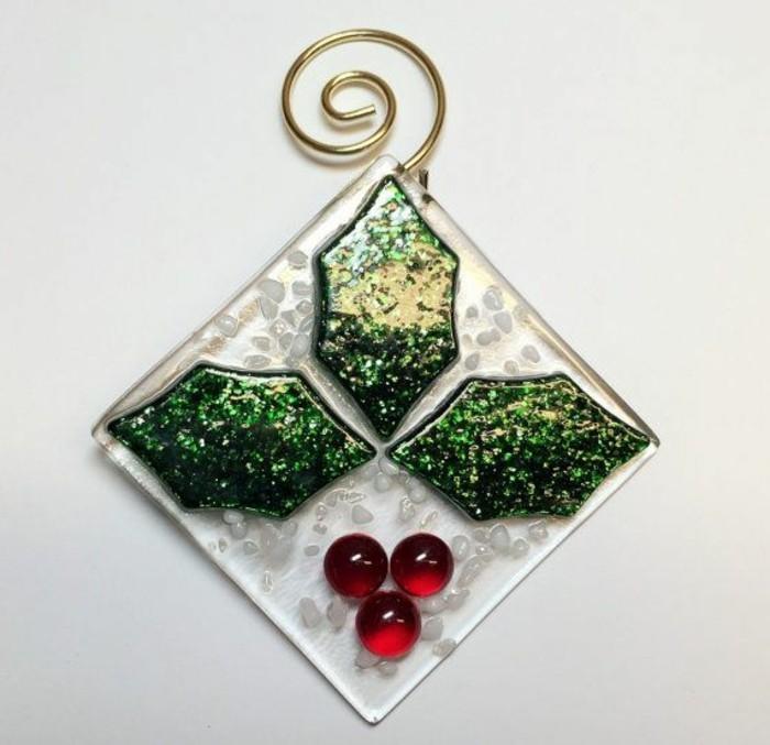 christbaumschmuck-glas-mistel-gruen-rote-weihnachtsdeko-christbaum-elegante-deko