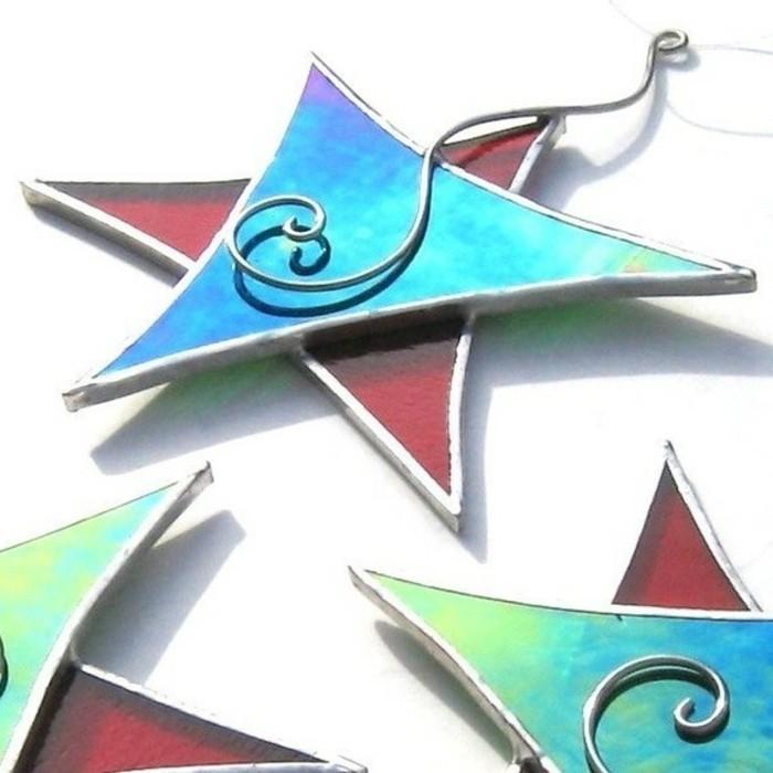 christbaumschmuck-glas-sterne-fuer-den-weihnachtsbaum-blaues-und-rotes-glas