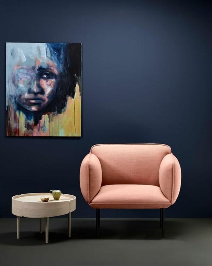 danish-design-moebel-stockholm-minimalistischer-stil-roter-sessel-runder-kaffeetisch-weiss-dunkelblaue-waende