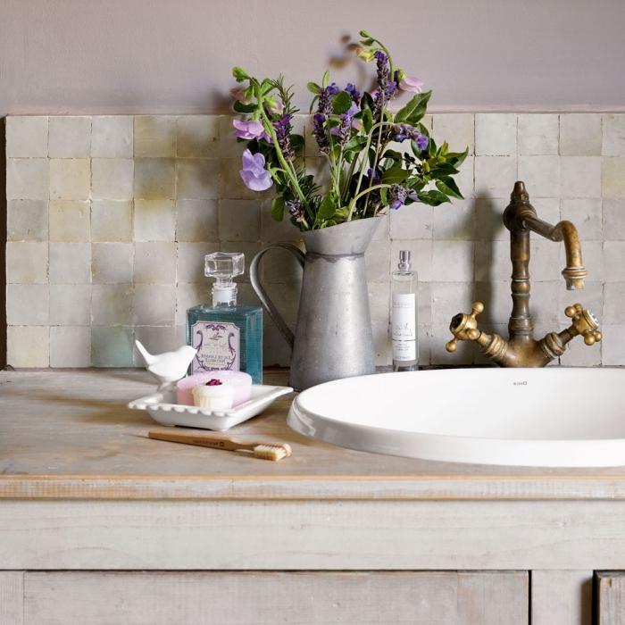 deko für badezimmer, metallene vase mit lila blumen, runder waschbecken im retro stil, badezimmer shaby chic