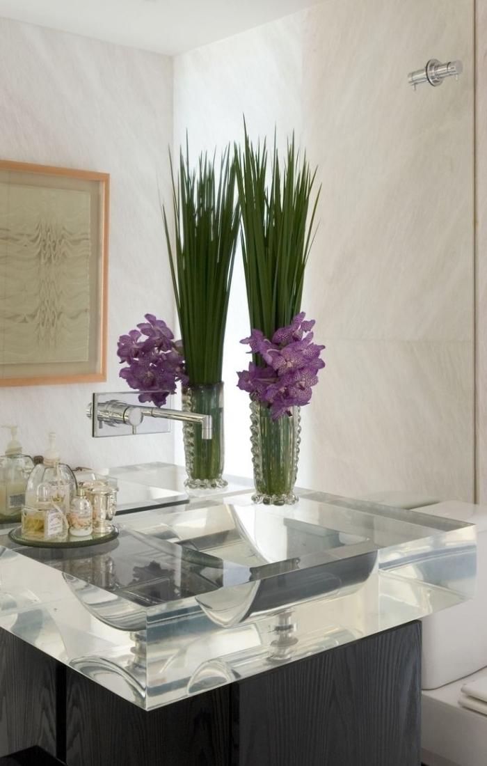 deko für badezimmer, vase mit lila blumen, waschbecken aus glas, großer spiegel, bad ideen