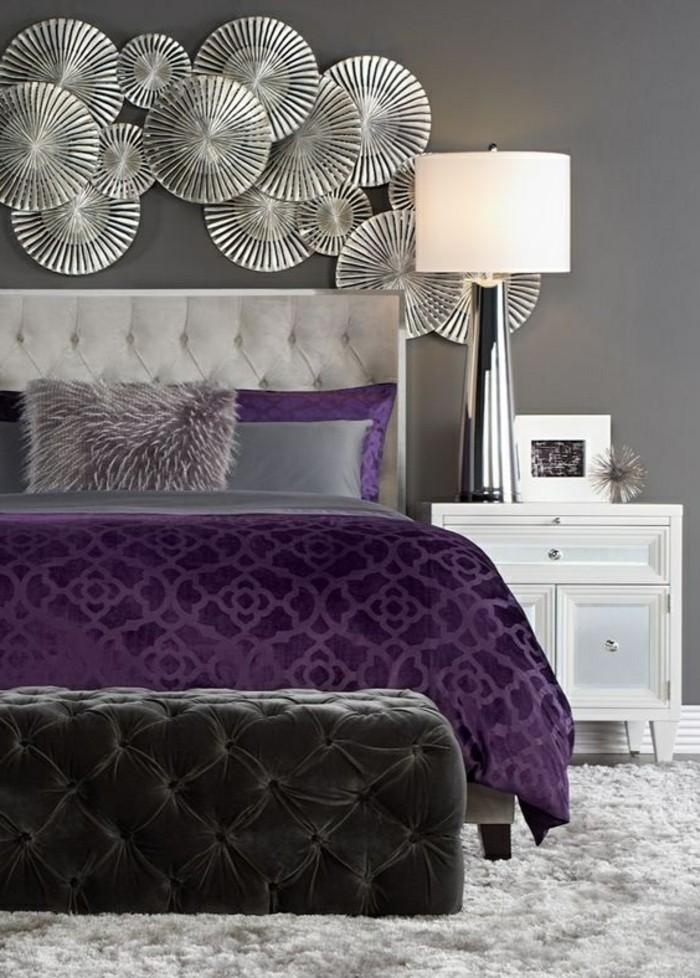 deko-ideen-schlafzimmer-grauer-hocker-dekorationen-lapme-weisser-nachtschrank