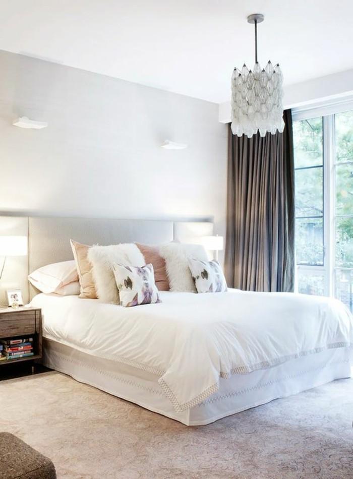 deko-ideen-schlafzimmer-kronleuchter-weisses-bett-braune-gardinen