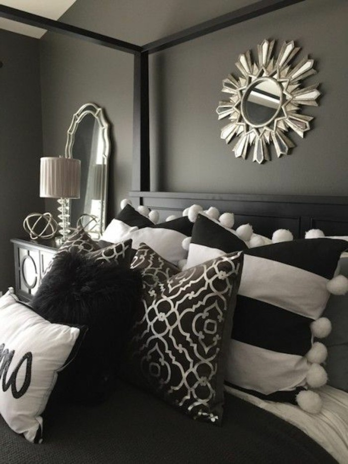 deko-tipps-graue-waende-spiegel-schwarzes-bett-kissen-in-weiss-und-schwarz