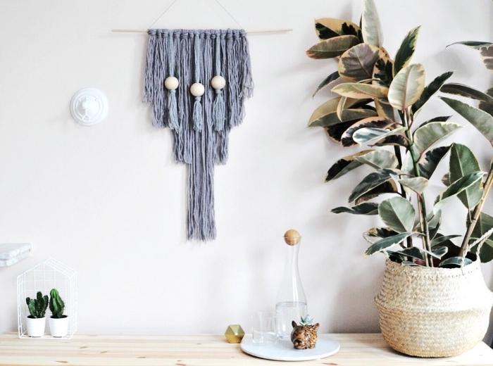 dekoideen wohnzimmer, makramee aus grauer schnur, geflochtener blumentopf, pflanze