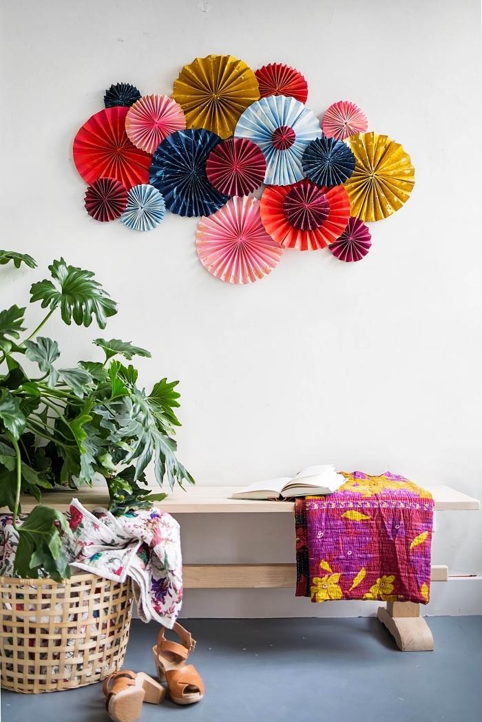 dekoideen wohnzimmer, wanddeko aus papier, grüne pflanze, bank aus holz