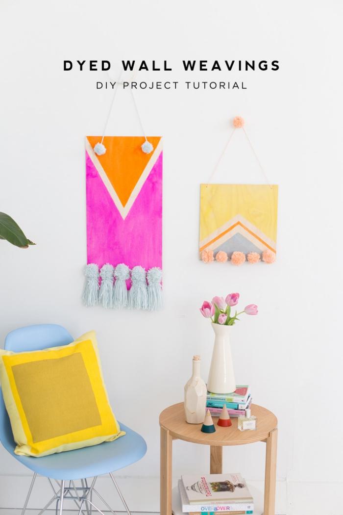 dekoideen wohnzimmer, selbstgemachte wanddeko aus holz, kleiner runder tisch, vase mit blumen