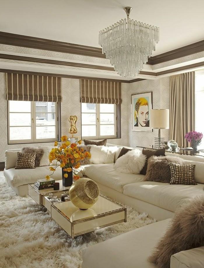 designer-wohnzimmer-in-beige-mit-sehr-interessant-beleuchtung