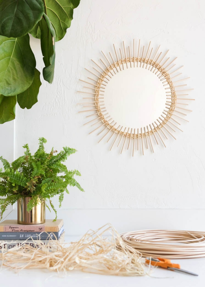 deko selber machen, goldener blumentopf, grüne pflanze, selsbtgemachter sonnenspiegel