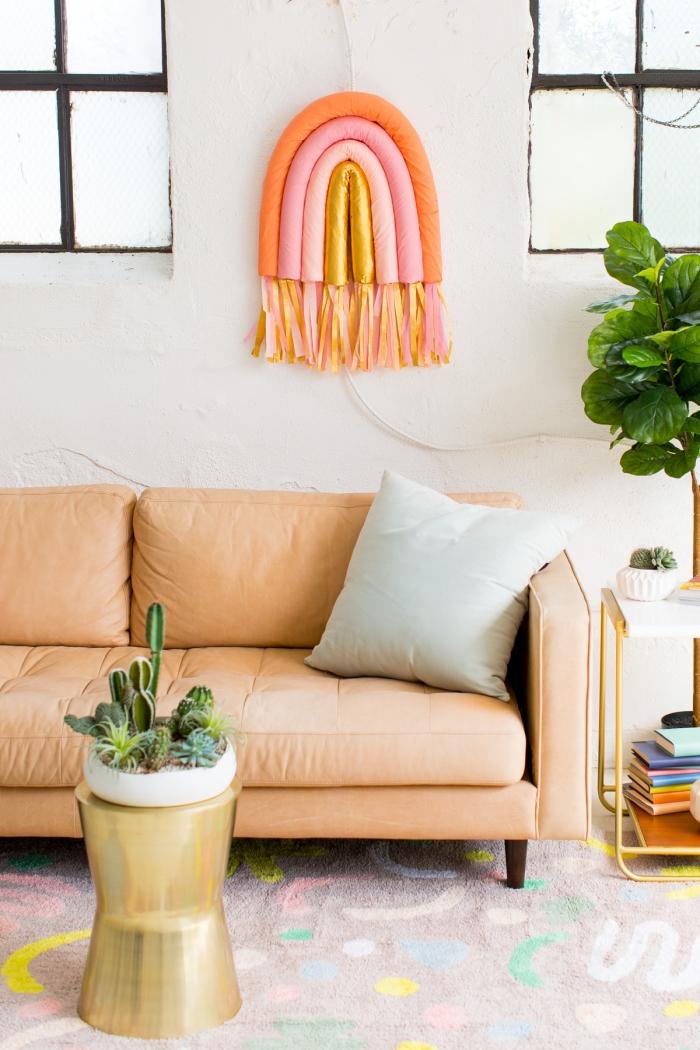 diy ideen für zuhause, hellbraunes sofa, goldener kaffeetisch, kakteen