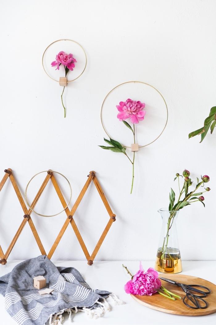 diy ideen für zuhause, rosa blumen, selsbtgemachte wanddeko, frühlingsdeko basteln