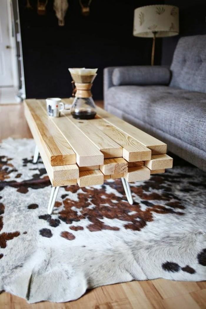 diy-moebel-wohnideen-selber-machen-tisch-aus-holz-grauer-sofa