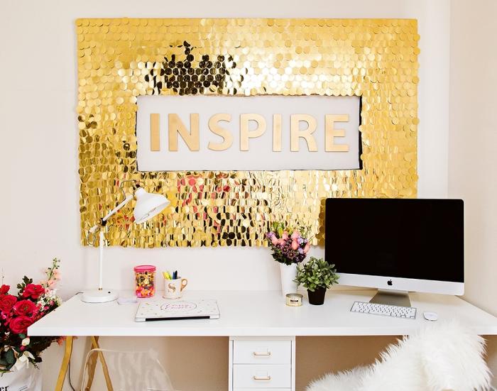 arbeitszimmer dekorieren, große goldene deko, do it yourself, weißer schreibtisch mit goldenen beinen