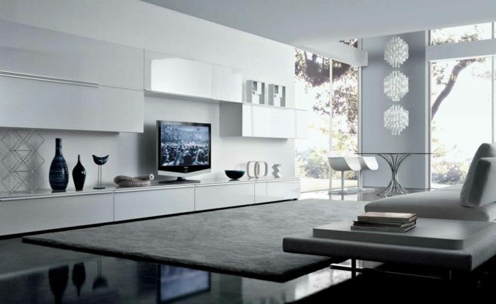 elegant-und-modern-einrichten-helles-wohnzimmer-plueschteppich-glastisch-weisse-moebel-minimalistische-moebel