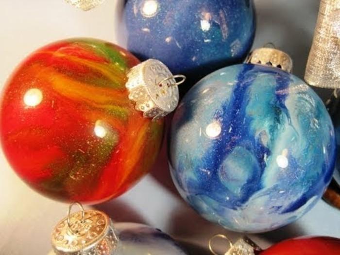 farbglas-gefaerbtes-glas-christbaumkugeln-glas-vielfaerbige-christbaumschmuecke