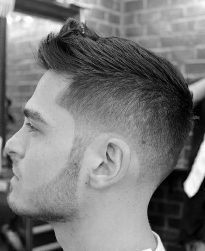 faux-hawk-maenner-kurzhaarfrisuren-maenner-hairstyle-mit-taper-fade-an-den-seiten